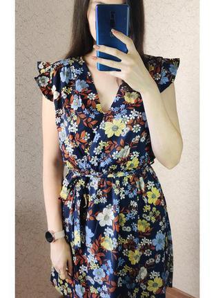 Красивое платье в цветочный принт с поясом