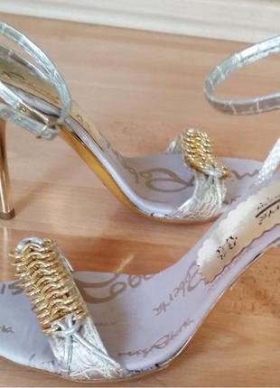 Новые женские босоножки на высоком каблуке.