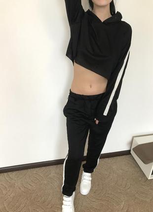 Женский черный спортивный костюм с белой полоской пуловер + штаны