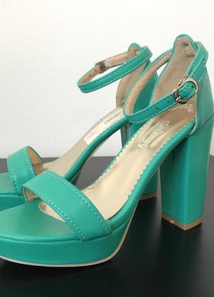 Женские зеленые босоножки на толстом каблуке