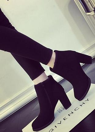Черные весенние замшевые женские ботинки на низком каблуке