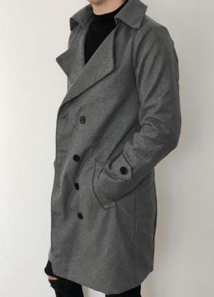 Мужское приталенное серое пальто длинное