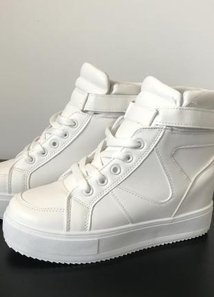 Женские кроссовки на платформе белые высокие