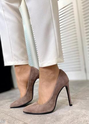Бежевые  элегантные туфли лодочки на шпильке с острым носком и...
