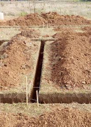 Роем ямы траншеи в ручную.