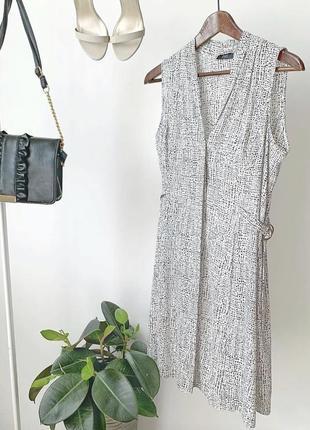 Платье с пряжками по боках