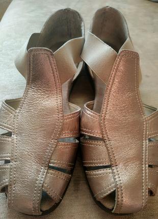 Надёжные кожаные босоножки