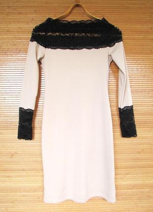 Эффектное нарядное трикотажное бежевое платье-футляр с кружевн...