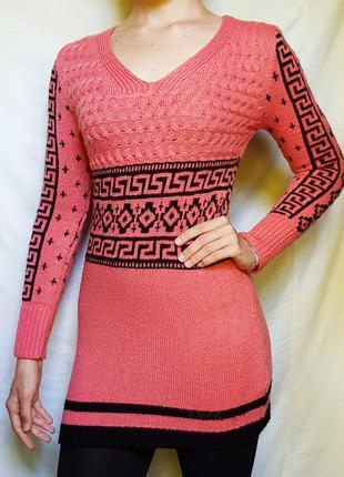 Розовое платье с черным узором