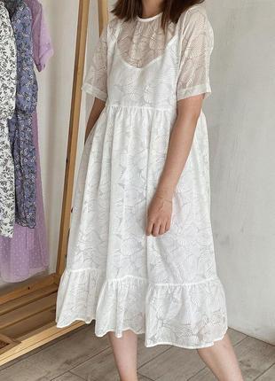Нежное белое платье в принт листья