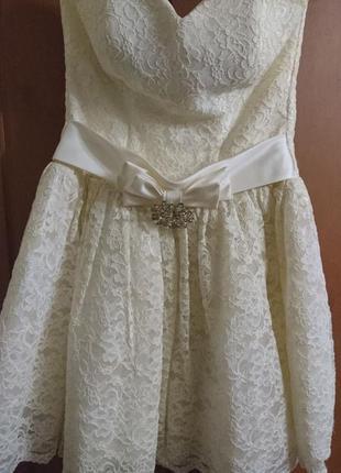 Красивое выпускное платье в цвете шампань