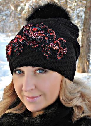 Женская вязаная шапка с вышивкой.