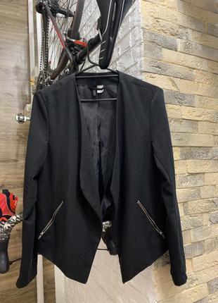 Стильный черный женский блейзер жакет с замками и лацканами ра...