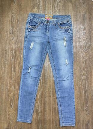 Синие стильные джинсы с дырками