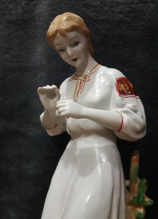 """Статуэтка """"Гадание по ромашке"""". Зхк полонне СССР девушка с цве..."""