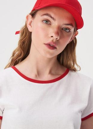 Новая широкая белая футболка sinsay контрастная окантовка крас...