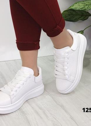 Классные  кроссовки с перфорацией