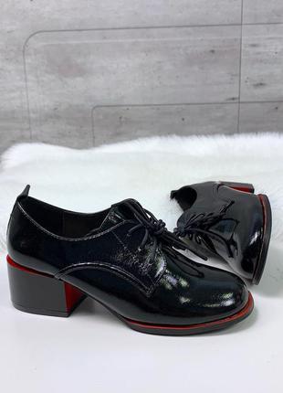 Классические черные лаковые туфли на низком каблуке со шнуровкой