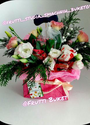 Букет із цукерок і квітів