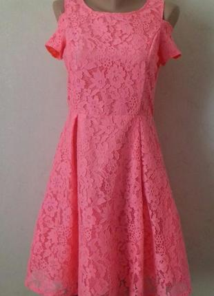 Нарядное красивое кружевное платье с пышной юбкой