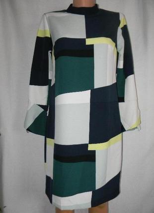 Красивое платье с геометрическим принтом