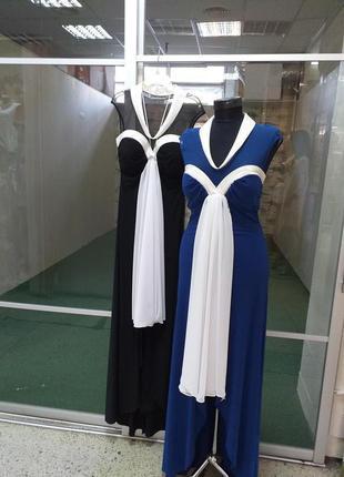Платье с белым воротником.