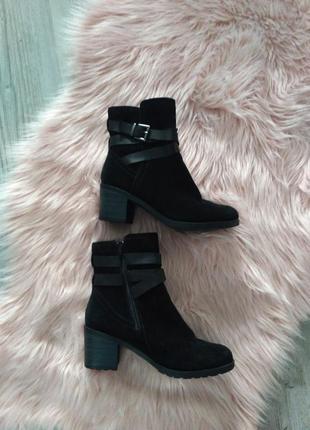 Замшевые черные ботинки на устойчивом каблуке с ремешками