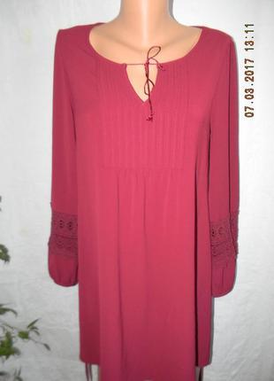 Платье цвета марсала с кружевными рукавами