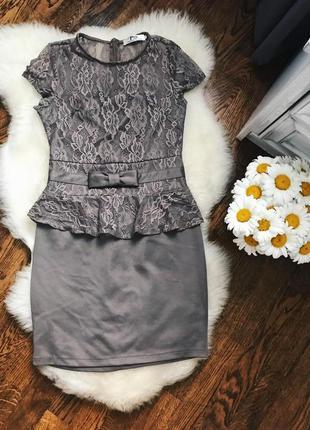 Бежевое / коричневое / кофейное платье с гипюром и рюшей / баской