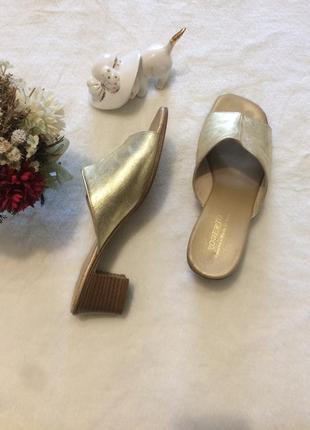 Шлёпки мюли сабо шлёпанцы золотые кожаные маленький каблук