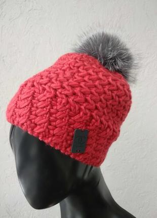 Яркая зимняя шапка. натуральный помпон