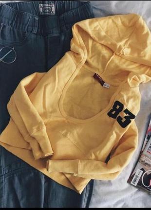 Укорочённая кофта худи с капюшоном желтая