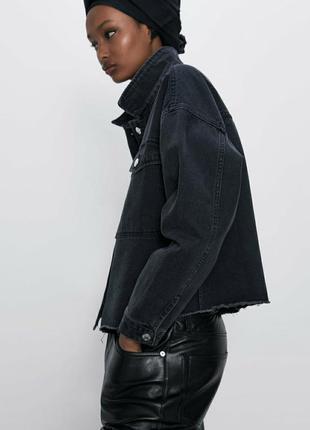 Стильная джинсовая куртка zara черного цвета