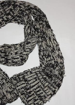 Очаровательный шарфик серо-белый в очень хорошем состоянии