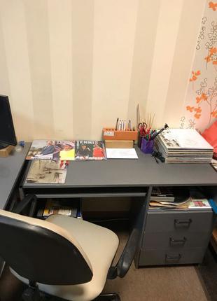 Два серых офисных стола и тумба под ключ
