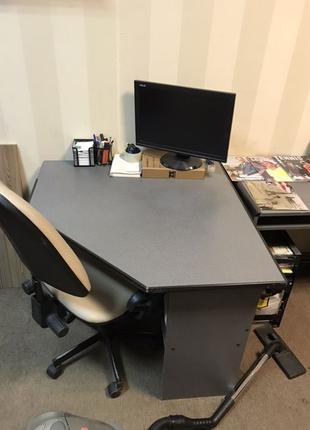Офисные 2 стола серого цвета и тумба закрывается на ключ