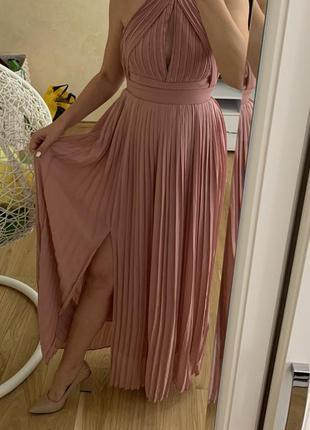 Пудровое длинное плиссированное платье сарафан asos в пол макс...