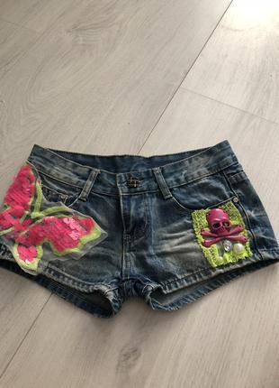 Яркие джинсовые шорты с черепами