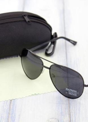 Мужские солнцезащитные очки с футляром.