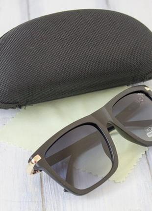 Женские солнцезащитные очки с футляром.