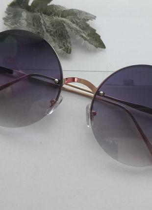 Солнцезащитные круглые очки.