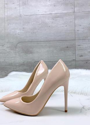 Пудровые лаковые туфли лодочки на шпильке