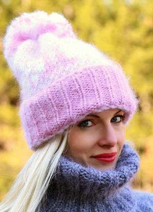 Вязаная шапка из мохера в нордическом стиле в розовом и белом ...