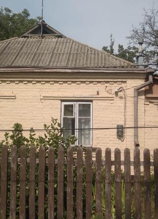 Цегляний будинок неподалік центру