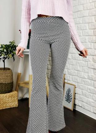 Трикотажные брюки на завышенной талии клеш белые с черным узор...
