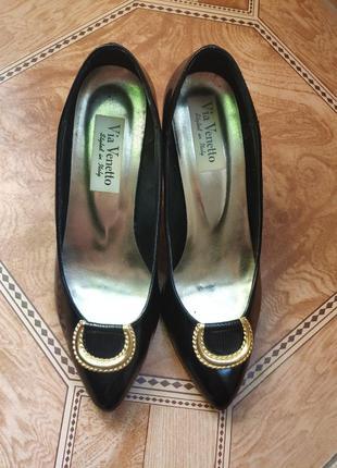 Классические лаковые черные туфли с золотой пряжкой
