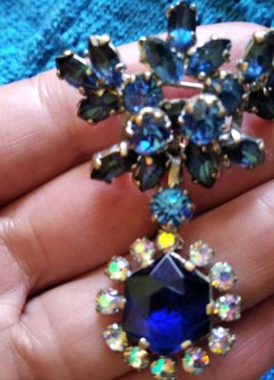 Винтажная объемная брошь с синими кристаллами и с подвеской