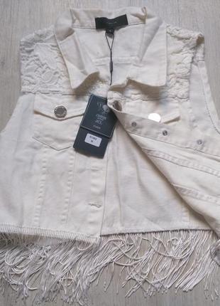 Стильная джинсовая жилетка с бахромой