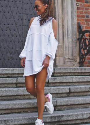 Стильное платье с оголенными плечами
