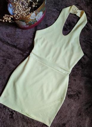 Лимонное облегающее платье с открытыми плечами и спиной от quiz